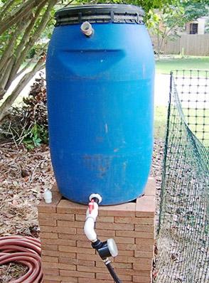 Бочка для капельного полива на огороде