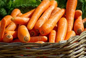 Чистый урожай моркови в корзине