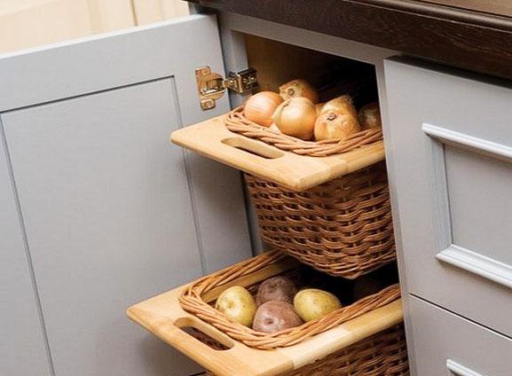 Лук в ящике для хранения на кухне