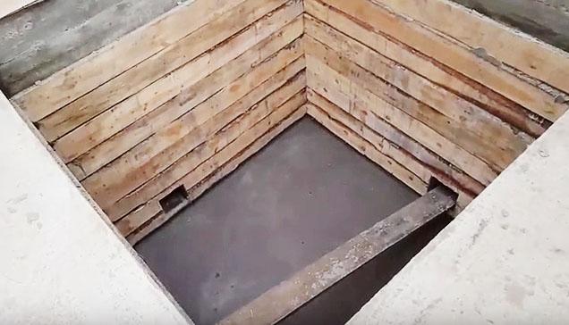 Яма для разведения кроликов с деревянными стенками