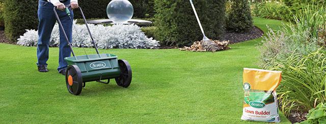 Подкормка газона осенью с помощью специальной тележки